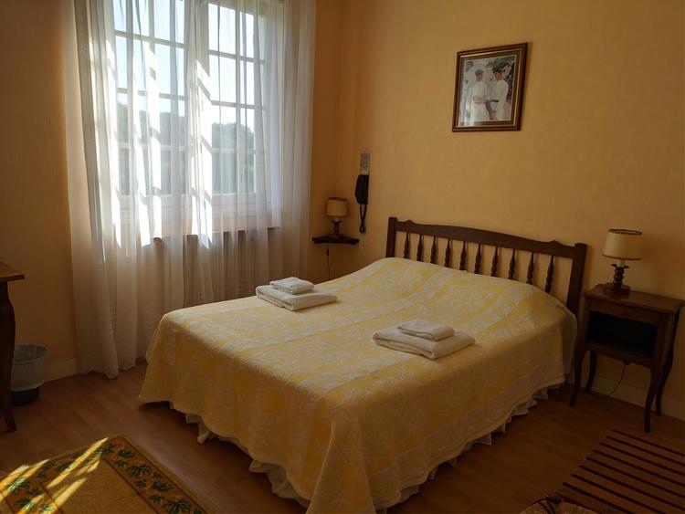 hotel-marie-eder-arcangues-chambre-lit-jaune