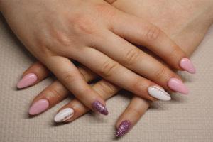 Mains croisées après manucure et pose de vernis à ongles posé par L. Beauty 96
