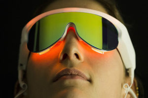 Femme essayant les lunettes Psio chez Graines d'Équilibre