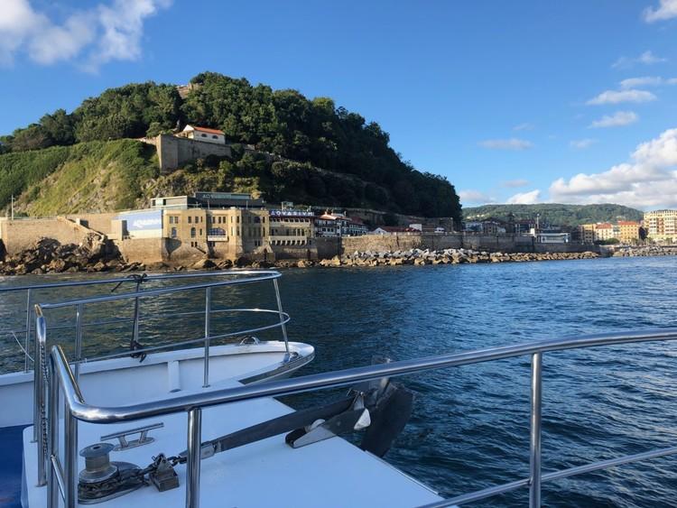 ciudad-san-sebastian-catamaran-promenade-baie-saint-sebastien