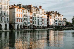 bayonne-ville-immeuble-blanc-volet-bleu-rouge-adour