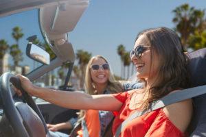 Deux jeunes femmes dans une voiture cabriolet