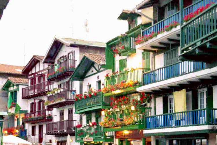 Façades et balcons colorés d'Hondarribia au Pays Basque