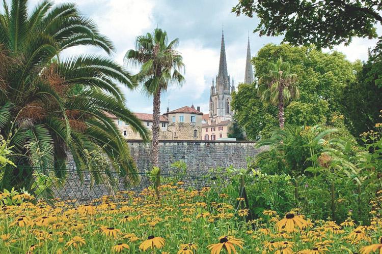 Jardin botanique de Bayonne avec vue sur la cathédrale