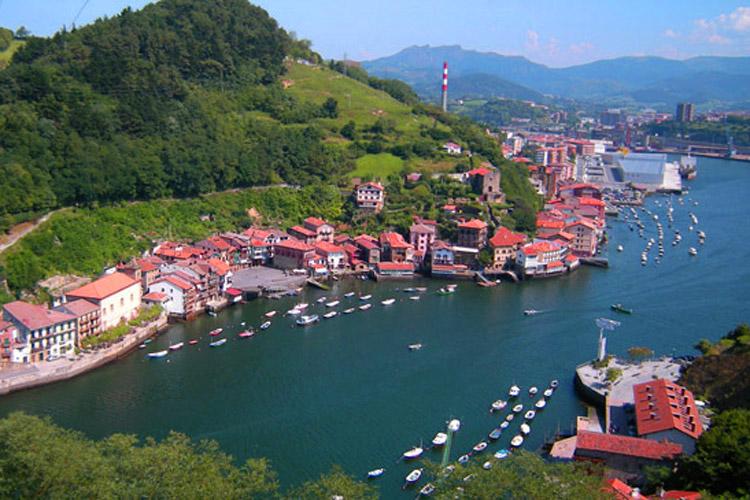 paysage-baie-de-Pasaia-montagnes-maisons-mer-vacances-pays-basque