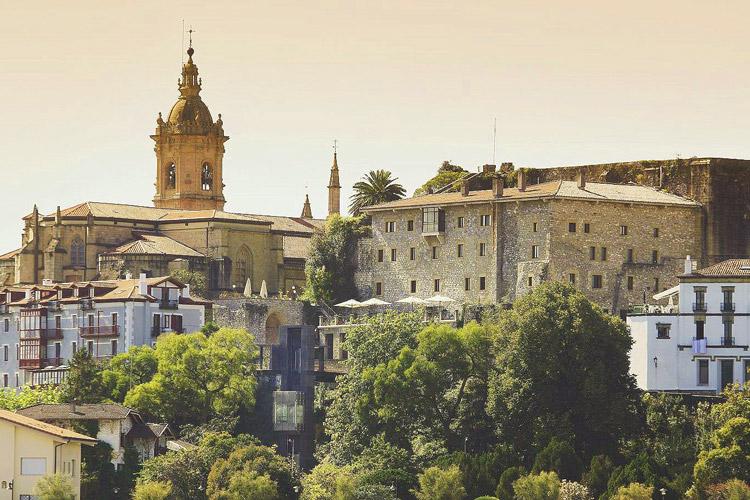 Vieux centre avec vue du Paradorr et de l'Eglise-Notre-Dame-des-Pommiers vacances pays basque