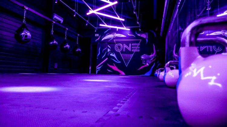 salle-fitness-neon-boxe-noir