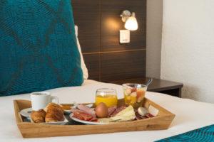 Plateau petit déjeuner sur le lit du Sure Hotel Biarritz Aéroport
