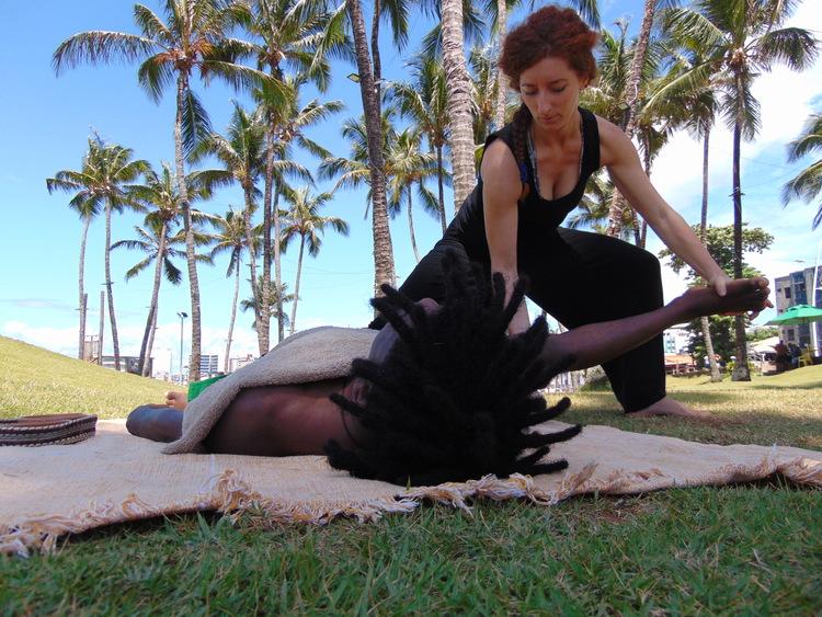 massage-homme-femme-nature-therapie