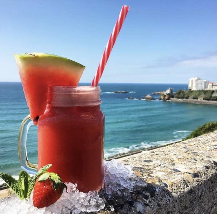 Cocktail fraise posé sur le mur surplombant la Côte des Basques