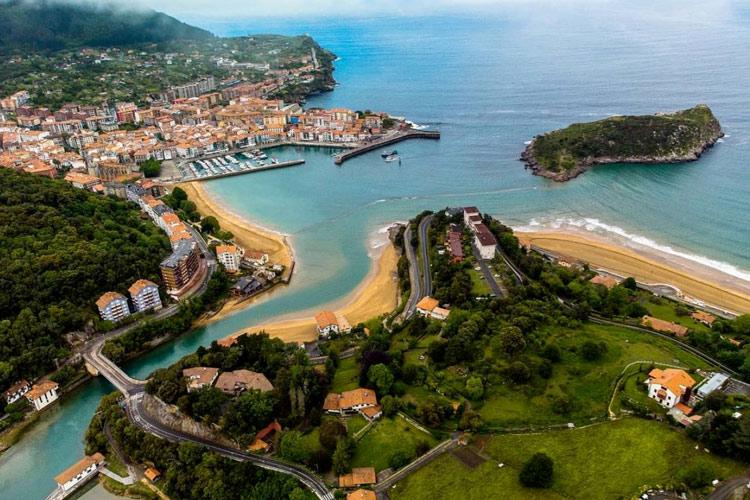 Vue oaysage Lekeitio pays basque espagnol ville
