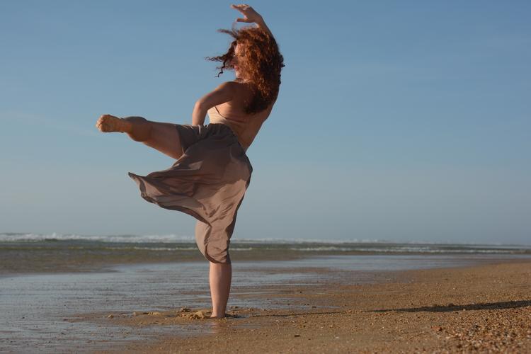 danse-ocean-femme-plage