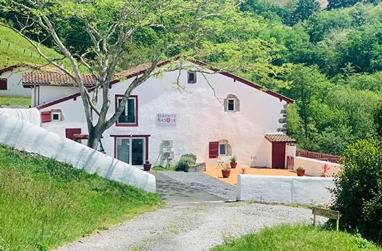 serenite-basque-facade-blanche-volet-rouge