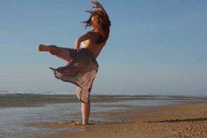 sol-art-danse-plage-femme