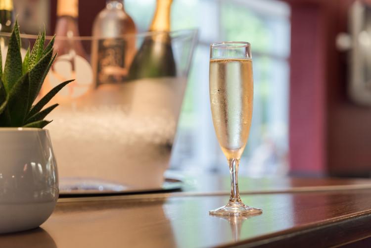 flûte de champagne au bar du Sure Hotel Biarritz Aéroport