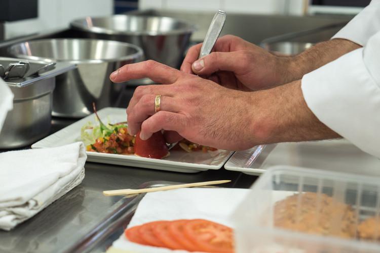 Chef en train de préparer un plat