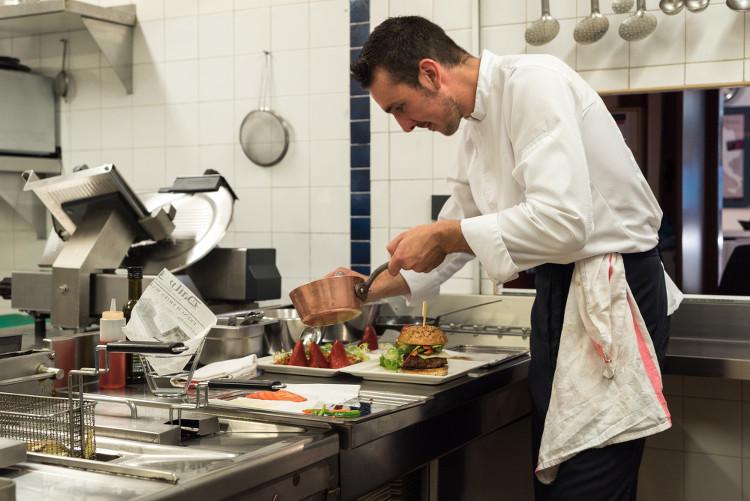 Le chef du restaurant Amarys dans ses cuisines