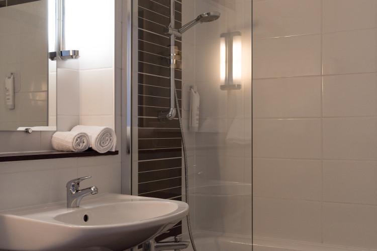 salle de bains au Sure Hotel Biarritz Aéroport