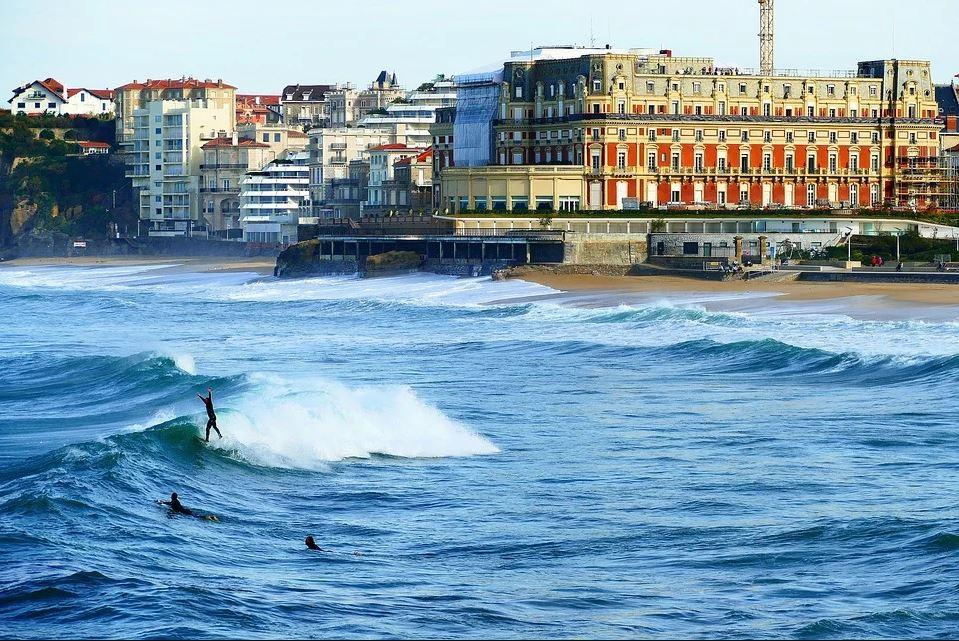 La plage de Biarritz est propice au surf !