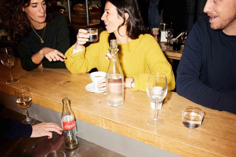 3 personnes prenant un apéritif au bar des Halles des Cinq Cantons Biltoki