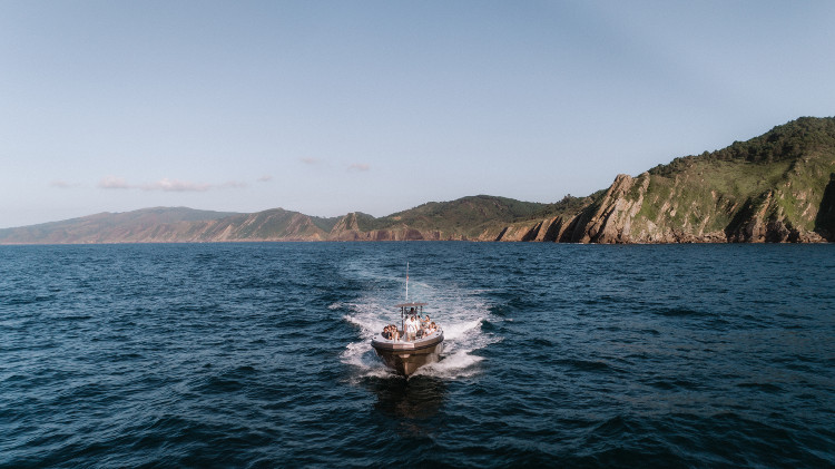 Le Brai naviguant le long de la côte