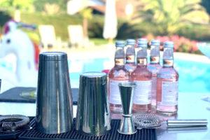 Matériel de préparation de cocktails au bord d'une piscine