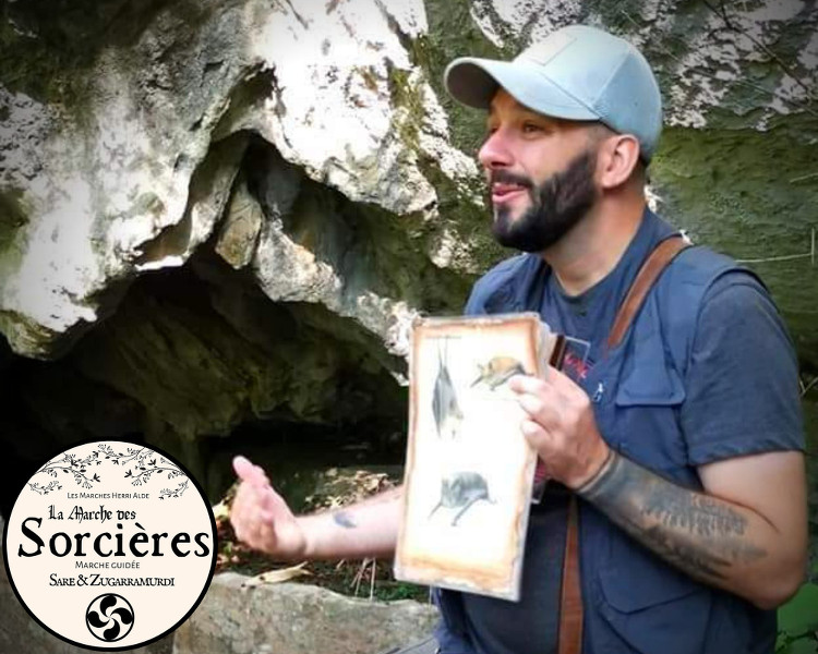 Julien montrant les espèces de chauves-souris