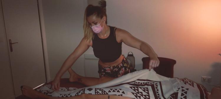 Joëlle en train de masser