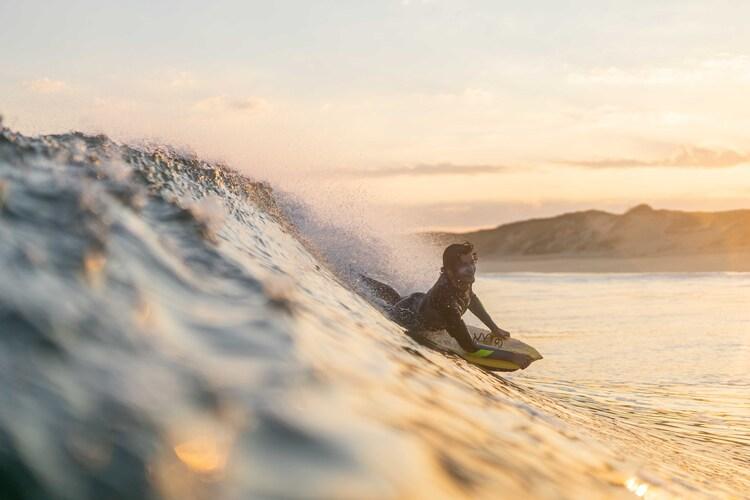 surfeur-vague-coucher-de-soleil