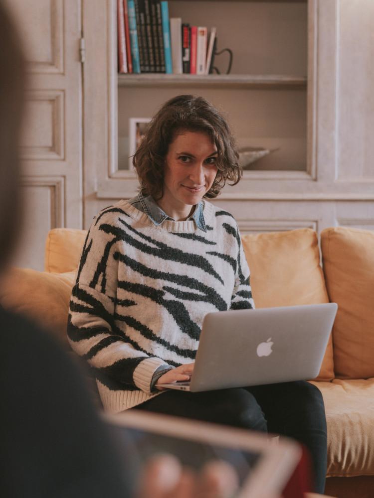 Femme et son ordinateur dans le salon de Outsite Bidart