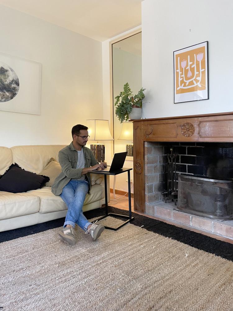 Homme et son ordinateur dans le salon de Outsite Bidart