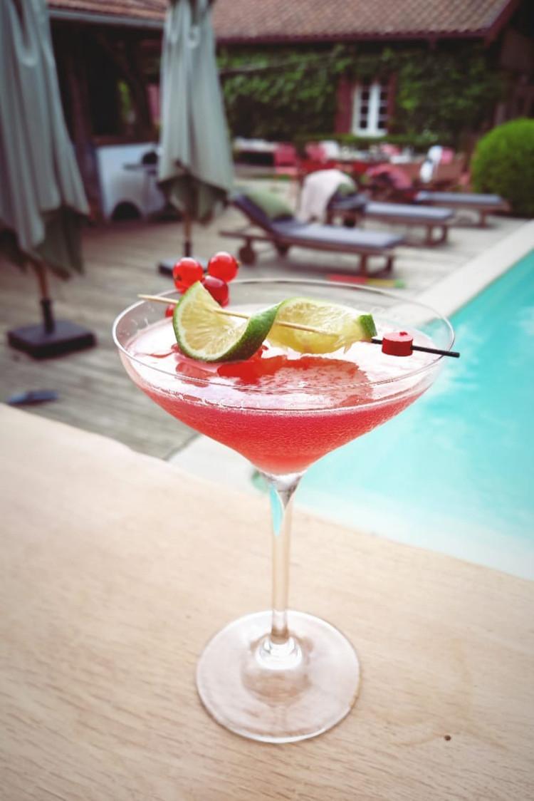 Cocktail au bord de la piscine