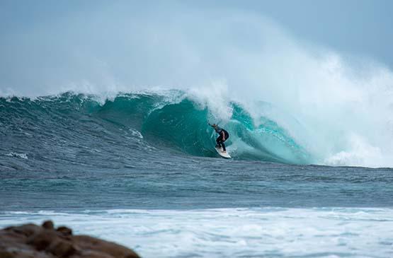 surf-vague-rouleau-surfeur