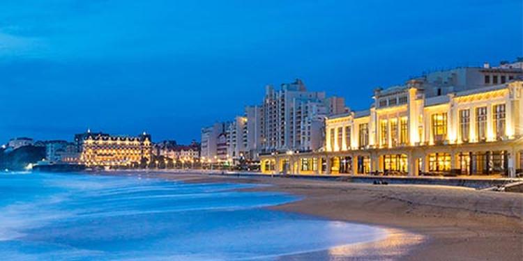 La grande Plage et le Casino de Biarritz de nuit