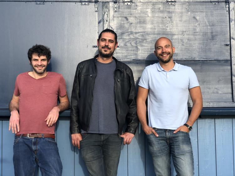 L'équipe de StackinSat organisant le Surfin' Bitcoin