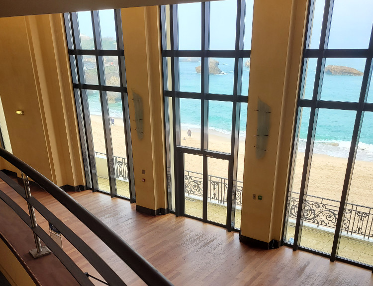 Vue sur la plage depuis l'intérieur du Casino de Biarritz