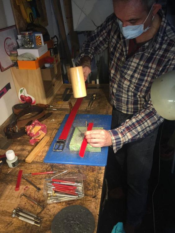 Homme fabriquant une ceinture