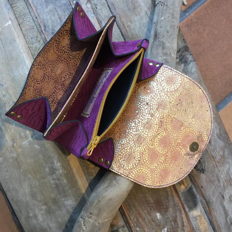 Portefeuille violet ouvert réalisée par Couleurs Cerise