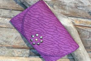 Portefeuille violet réalisée par Couleurs Cerise