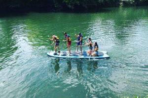 Personnes en train de ramer sur un giant paddle sur la Nive avec Nature Avent'ura 64