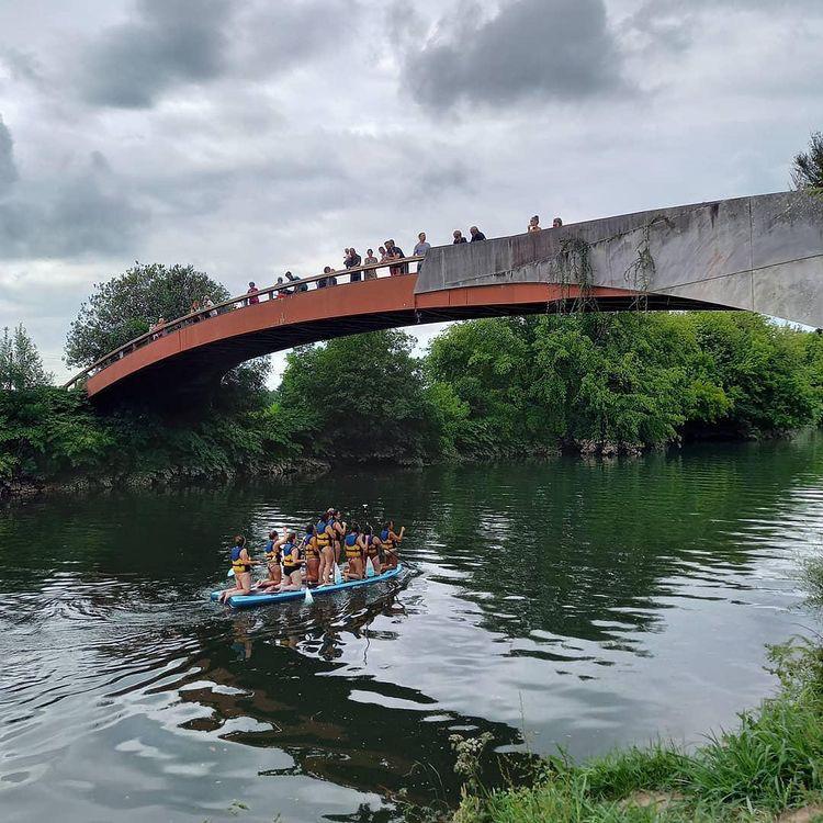 Giant paddle de Nature Avent'ura 64 passant sous la passerelle de Villefranque
