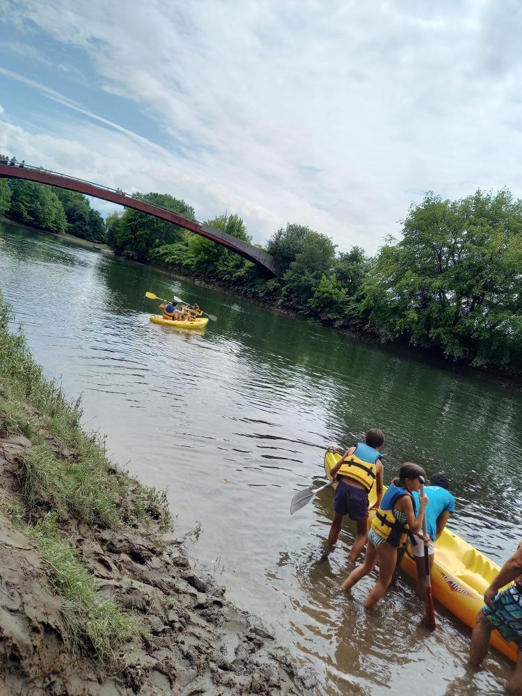 Mise à l'eau des canoës-kayaks de Nature Avent'ura 64