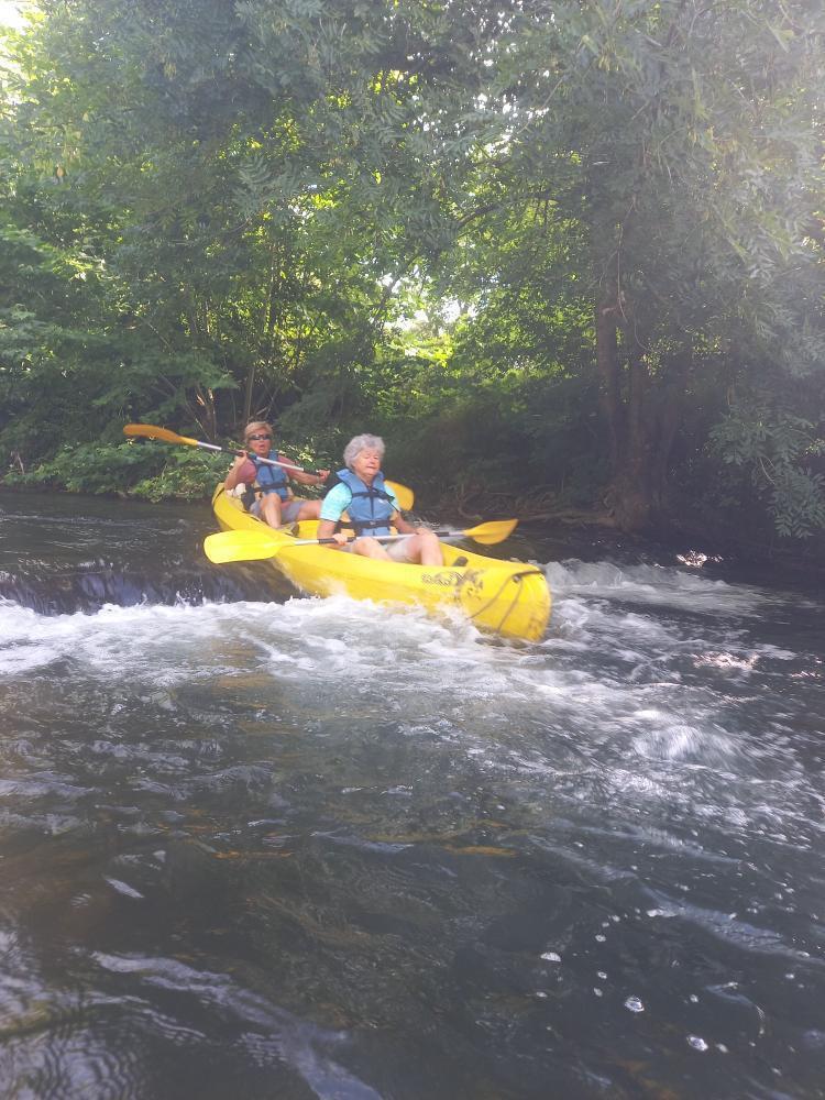 Kayak descendant un petit rapide sur la Nivelle