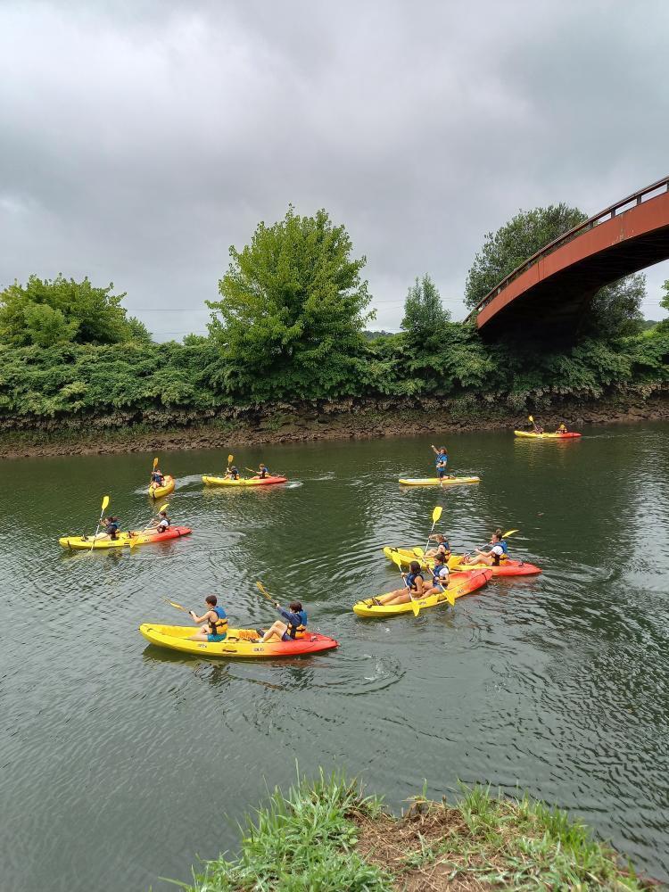 groupe de kayakistes sous la passerelle de Villefranque