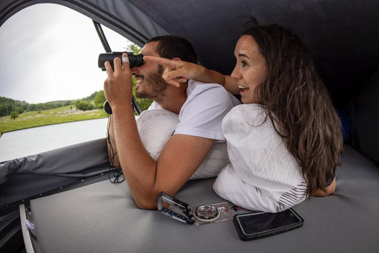 Couple observant la nature avec des jumelles