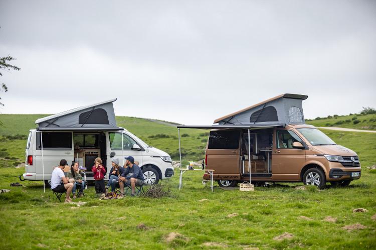 deux vans aménagés garés dans la montagne