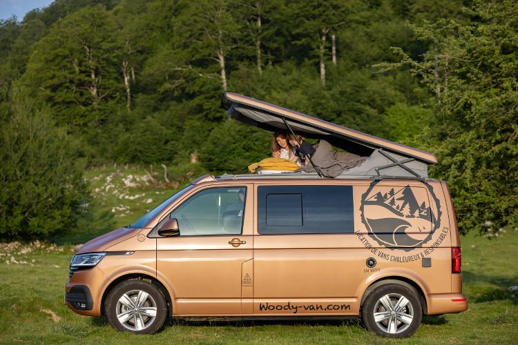 lit dans le toit escamotable du van Woody Van