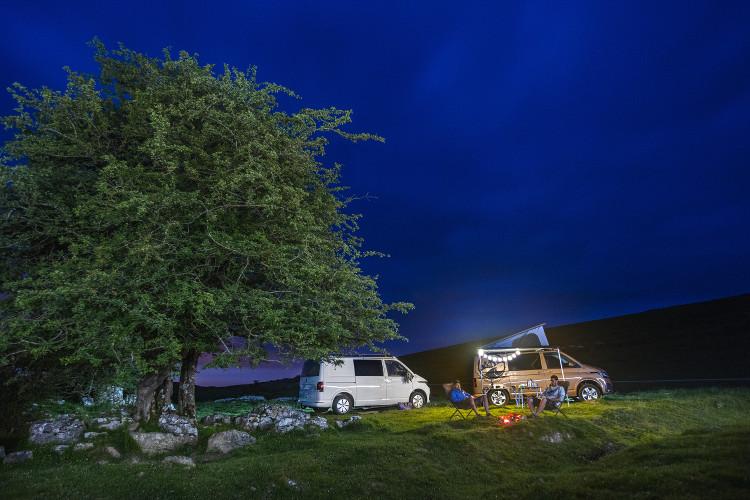 Deux vans aménagés garés pour la nuit